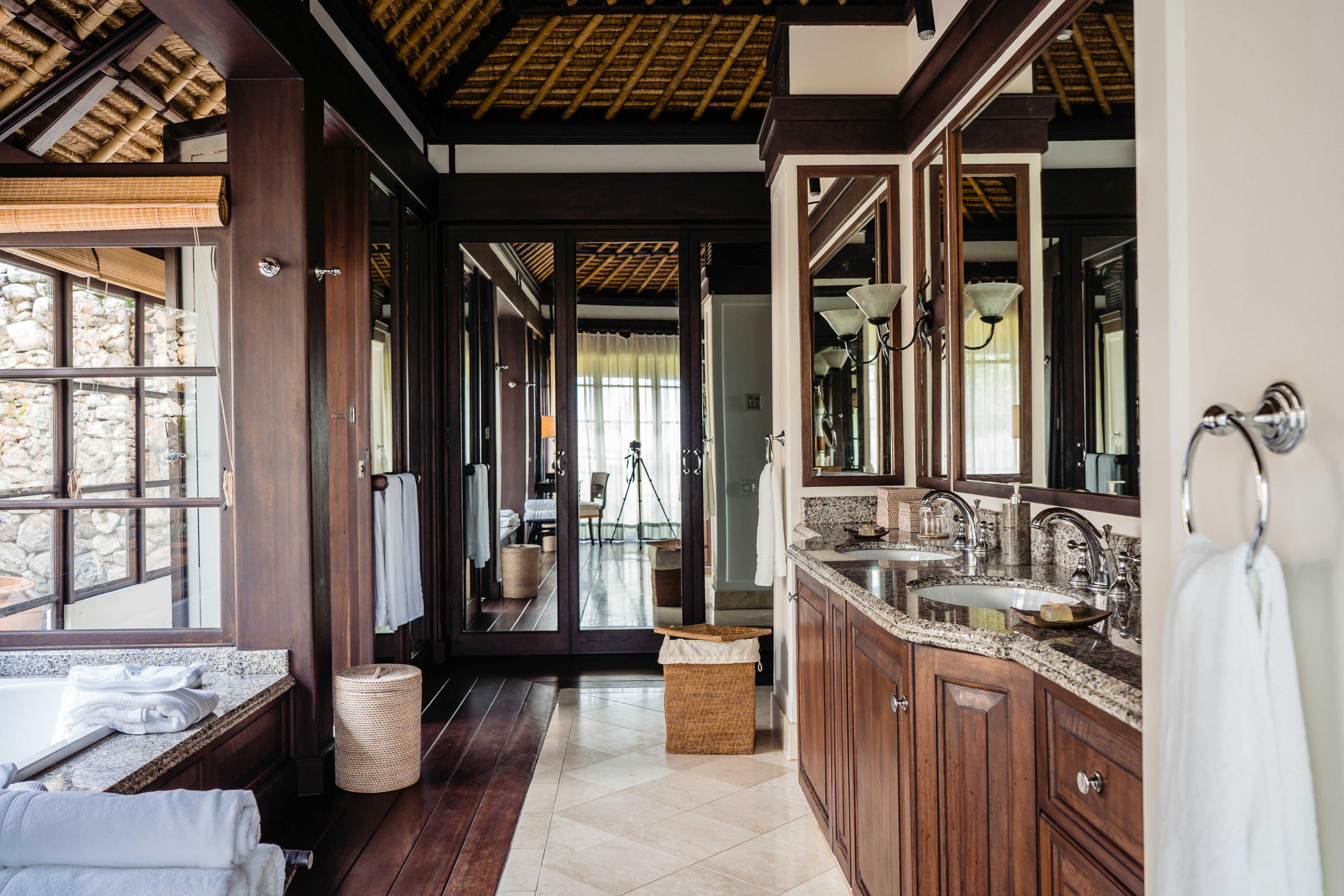 ©-fregate-island-private_private-pool-twin-villa_bathroom_1_optimized